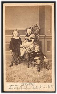 Portret van de kinderen van Herman Broese van Groenou (1822-1893) en Christina Petronella Schotel (?-?)