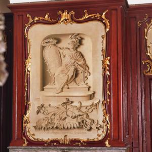 De Dokkumse Maagd met het wapen van Oranje, de 7 pijlen der Unie en een Bijbel. Aan haar voeten de attributen van Vrijheid, Gerechtigheid, Verbintenis aan de Unie, Koophandel, Scheepvaart, Vrede, Heerlijkheid en Overvloed