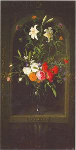 Bloemen in een glazen vaas in een gedecoreerde nis