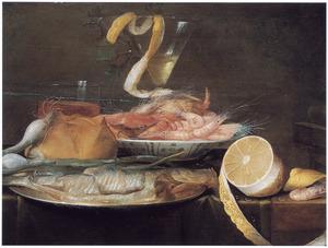 Stilleven met haring, garnalen, drank en citroen