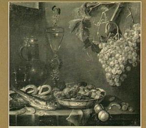 Stilleven van kruik, venetiaans glas, druiven, vis en garnalen