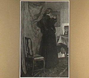 Interieur met staande vrouw