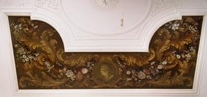 Medaillon met omgeven door bloemenslingers en acanthusranken