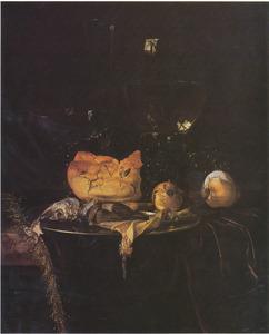 Stilleven met glaswerk, brood, ui en haring op een donker kleed
