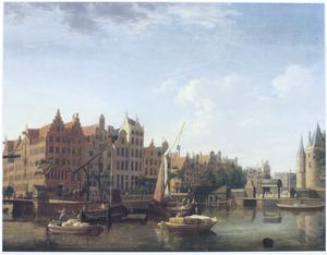 Gezicht op de Geldersekade en de Waag op de Nieuwmarkt in Amsterdam