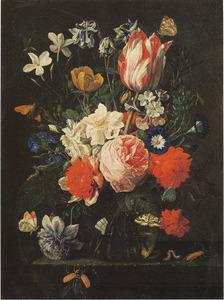 Bloemen in een glazen vaas, met insecten, op een stenen plint