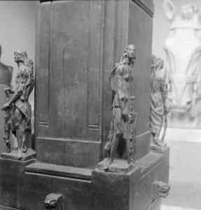 Het atelier van Antoine Bourdelle met de sokkel van het monument voor Alvear met de bronzen getiteld 'La Force' en 'La Liberté'