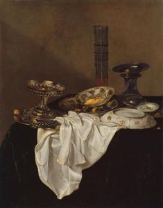 Stilleven met schalen en een stangenglas