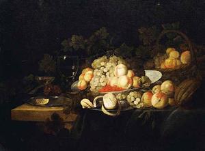 Stilleven met een roemer en vruchten op borden en in een mand