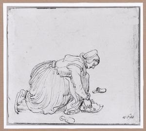 Een vrouw bindt haar schaatsen onder