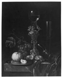 Stilleven met bekerschroef, glaswerk, druiven en sinaasappel