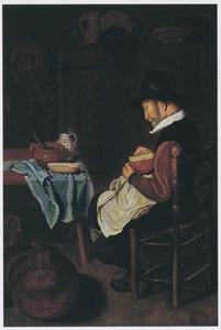 Oude man met kaas aan een tafel in een interieur