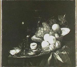 Stilleven met roemer en porseleinen schaal, vruchten en schaaldieren op donker kleed