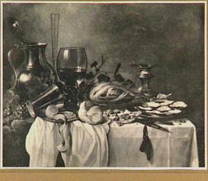Stilleven met gebraden kip, schaal met oesters, zoutvat en grote roemer op een donker kleed met wit servet
