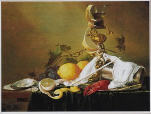 Stilleven met een wijnglas op een verguld zilveren bekerschroef, een omgevallen zilveren beker en een kreeft op een tinnen bord samen met een pijp, citroenen, garnalen en oesterd geschikt op een deels met een groen kleed bedekte tafel