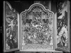 De kruisafneming (binnenzijde linkerluik); De bewening (middendeel); De graflegging (binnenzijde rechterluik)