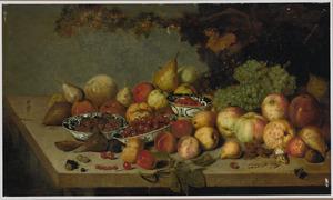 Stilleven van vruchten op een houten tafel, in en rondom Kraak-porseleinen schaaltjes en een kommetje