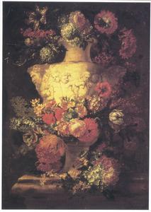 Bloemen in een vaas versierd met putti