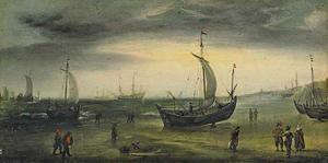 Kustgezicht met verschillende schepen langs de kust