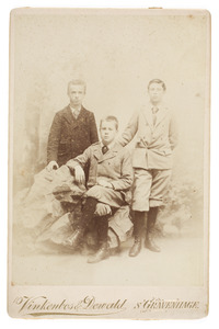 Portret van Cornelis Alexander Star Numan (1881-1936) en twee onbekende jongemannen