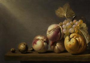 Stilleven van kweepeer, druiven, perziken, walnnoot en hazelnoot op een houten blad