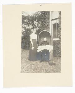 Portret van Hendrika Elisabeth Schepman (1842-1914) en Ada Gerharda Donkersloot (1872-...)