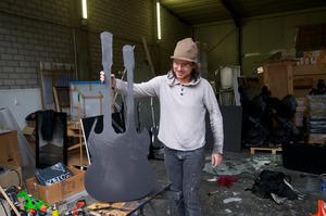 Marc Bijl werkend in zijn atelier