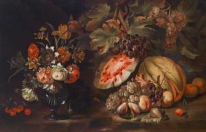Stilleven van een vaas met bloemen met vruchten op een blad