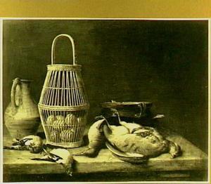 Mand met eieren tussen dood gevogelte en vaatwerk