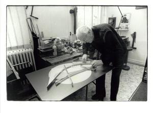César Domela aan het werk