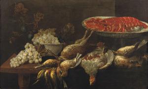 Stilleven van een kreeft op een porseleinen schaal, verschillend gevogelte, druiven en pruimen