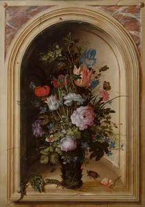 Bloemen in een glazen vaas, met hagedissen en een neushoornkever, in een nis