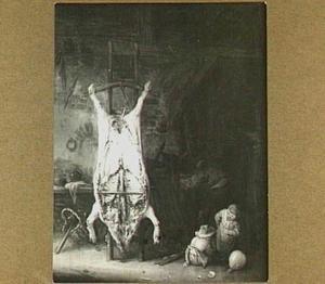 Geslacht varken in een stal; rechts twee spelende kinderen