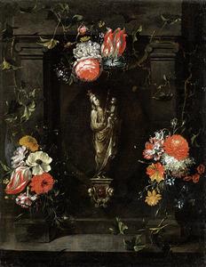 Stilleven met een beeldje van MAria met kind in een nis, omringd door bloemen