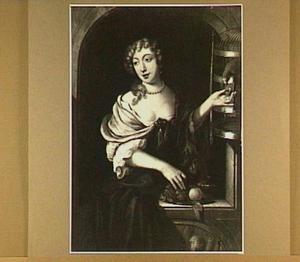 Vrouw voert een papegaai druiven