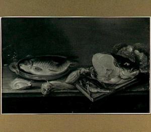 Stilleven met oesters, karper in een aardewerken schaal, enige losse vissen, een vissenkop en een kat