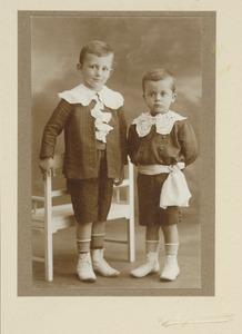 Portret van Johannes Hendrik Otto (Bob) graaf van den Bosch (1906-...) en Jhr. Louis Charles Mathildus (Charles)van den Bosch (1907-1937)