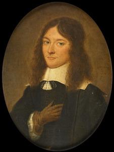 Portret van een man, met een platte kraag met akertjes en lang haar