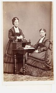 Portret van Olga Catharina Antoinetta van Loon (1856-1936) en Anna Louisa Agatha van Loon (1852-1940)