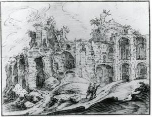 Klassieke ruïnes en twee wandelaars