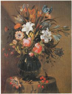 Bloemen in een glazen vaas, met een hagedis, kersen en een tulp, op een stenen voetstuk