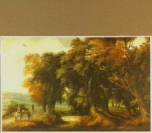 Reizigers op een zandweg aan een bosrand, met een weids heuvellandschap op de achtergrond