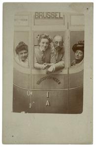 Portret van Jan Eduard Stolberg (1864-1943), Dorothea Christina Jaspers (1861-1916), Dora Marie Stolberg (1896-1984) en Marie Jaspers (1864-1942)