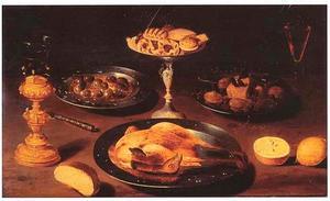 Stilleven met gebraden kip, tazza met zoetigheden, een bordje olijven, een bekerschroef en zuidvruchten
