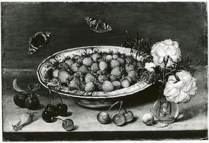 Aardbeien in een porseleinen kom, met daarvoor kersen; rechts een glazen vaasje met rozen