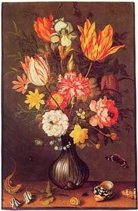 Bloemen in een geribd glazen vaas met akelei, schelpen, slak en hagedis op een tafel