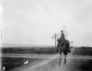 Een militair te paard tijdens een militaire manoeuvre