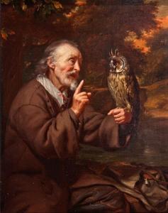 Oude man met een uil op zijn hand