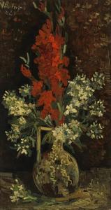 Vaas met rode gladiolen en witte violieren