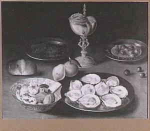 Stilleven met nautilusbeker, zoutvat en oesters en schaal met koekjes